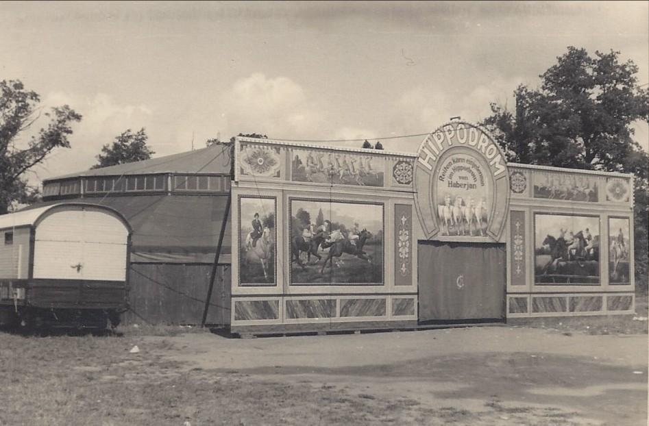 Haberjans Hippodrom von der Seite gesehen: die bemalte Schauseite mit dem zirkusartigen Zelt um 1954. Quelle: Familie Porsch