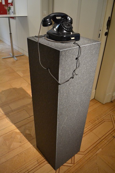 Ein historischer Telefonapparat auf einer Granitsäule erinnert an den verhängnisvollen Anruf, der am späten Abend des 8. November 1938 in der Hollerallee 75 einging. Foto: Frank Hethey