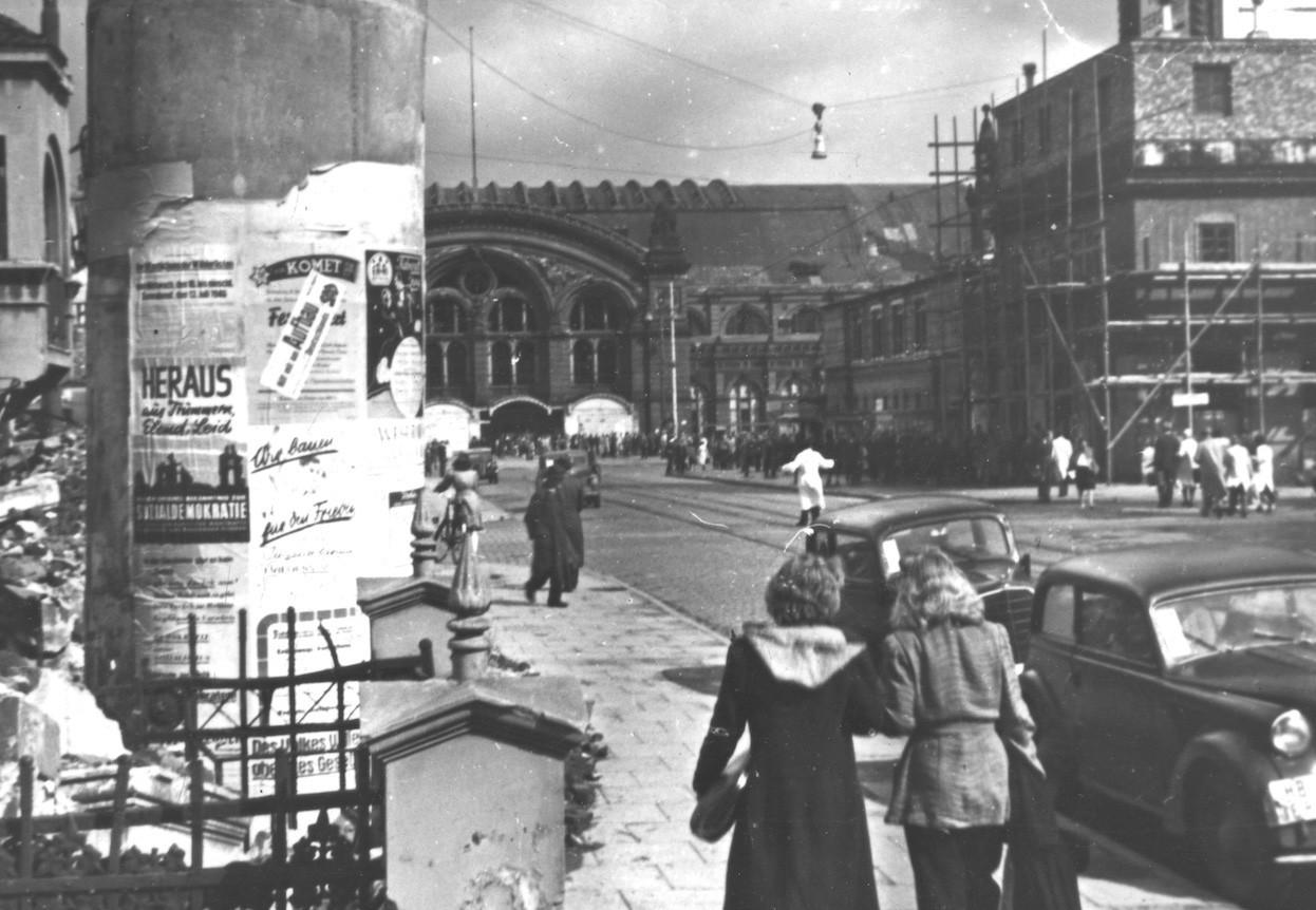 Wahlkampf 1946 in Bremen: Auf einer Litfaßsäule an der Bahnhofstraße warb die SPD um Stimmen. Quelle: Staatsarchiv Bremen