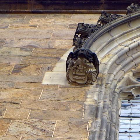 Gut zu sehen, aber rätselhaft: unbekanntes Wappen oberhalb des Brautportals. Foto: Wilhelm Tacke