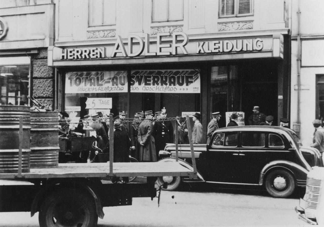 Wenige Tage vor der ohnehin vorgesehenen Geschäftsschließung demolierten SA-Leute das Bekleidungsgeschäft Adler am Brill. Quelle: Staatsarchiv Bremen