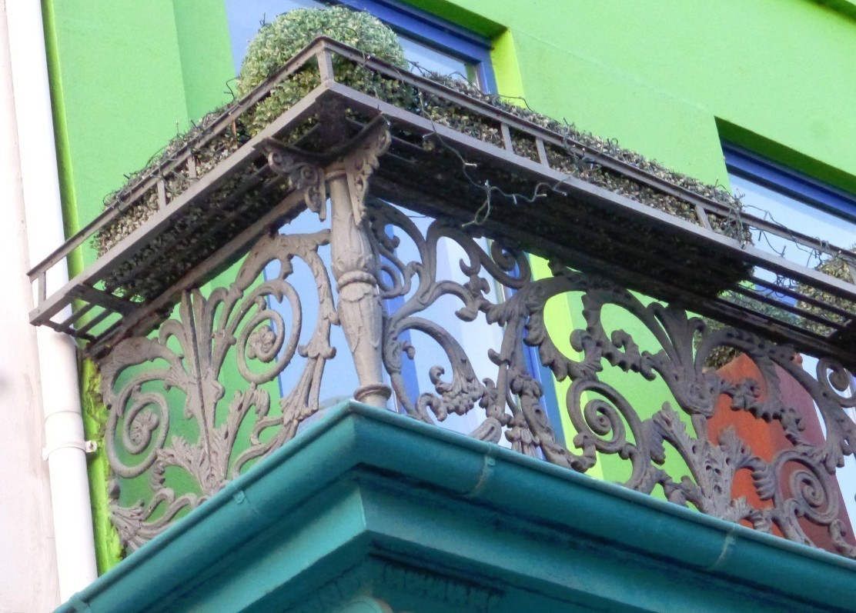 Filigran gefertigt: das Balkongitter im Detail. Foto: Peter Strotmann