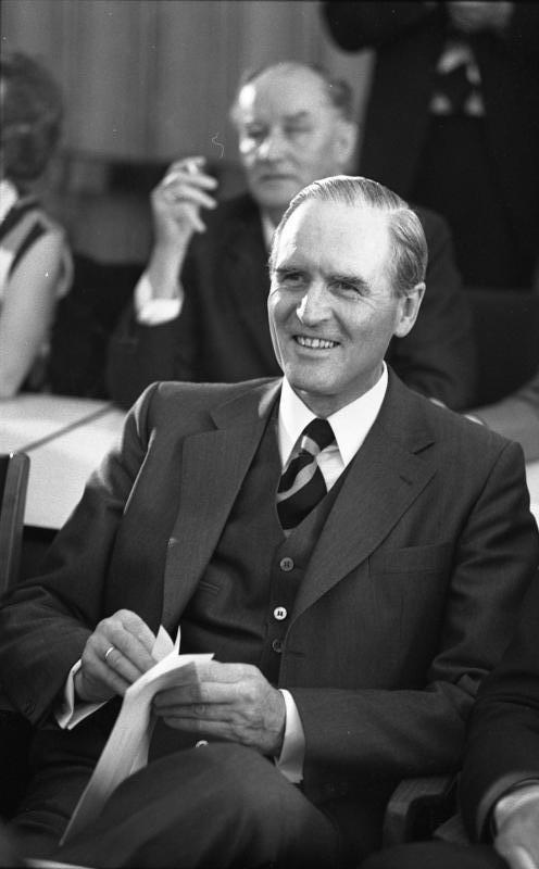 So kennt man ihn: Karl Carstens nach seiner Wahl zum CDU-Fraktionsvorsitzenden im Mai 1973. Quelle: Bundesarchiv Koblenz