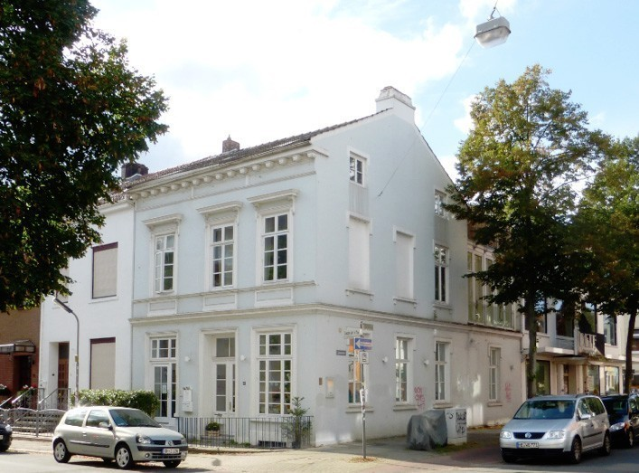 Heute ist die Gaststätte zu einer Wohnung umgebaut. Der ehemals an der Lahnstraße gelegene Eingang ist zugemauert und man schuf einen neuen Eingang an der Bachstraße. Der Vereins-Mitteilungskasten ist immer noch vorhanden. Foto: Peter Strotmann
