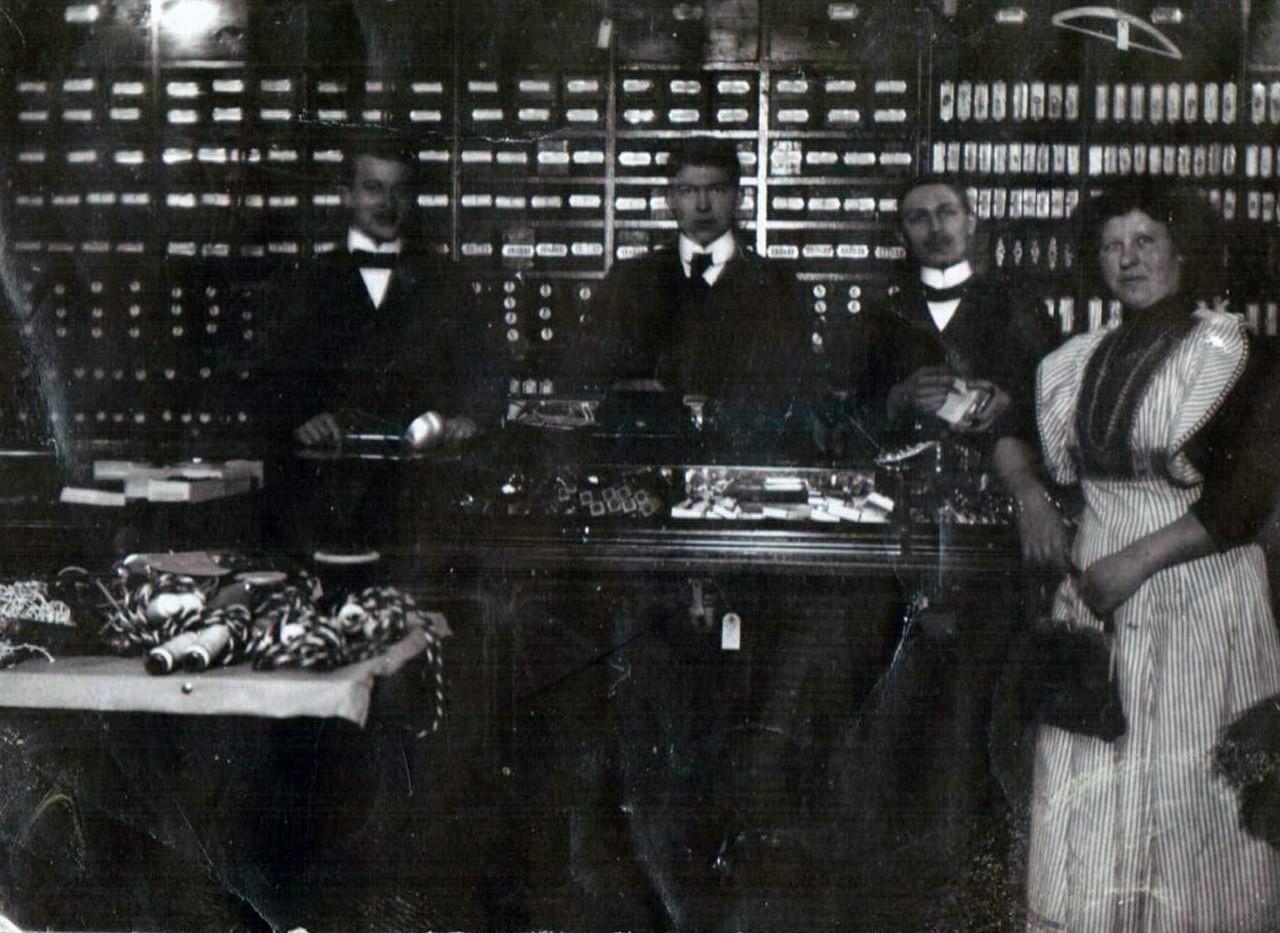 Eine Erfolgsgeschichte: Dieses Foto befindet sich im Familienalbum Buhr, möglicherweise zeigt es John Eitmanns & Hilkers Kolonialwarenladen von innen, es ist nicht datiert. Bildvorlage: Bestand Buhr