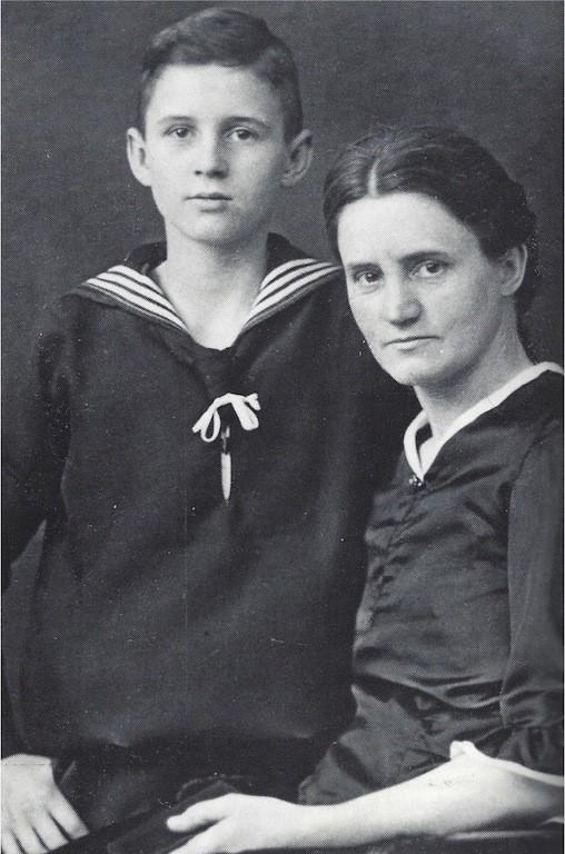 Der zwölfjährige Karl Carstens mit seiner Mutter im Jahre 1926. Quelle: Karl Carstens, Erinnerungen und Erfahrungen