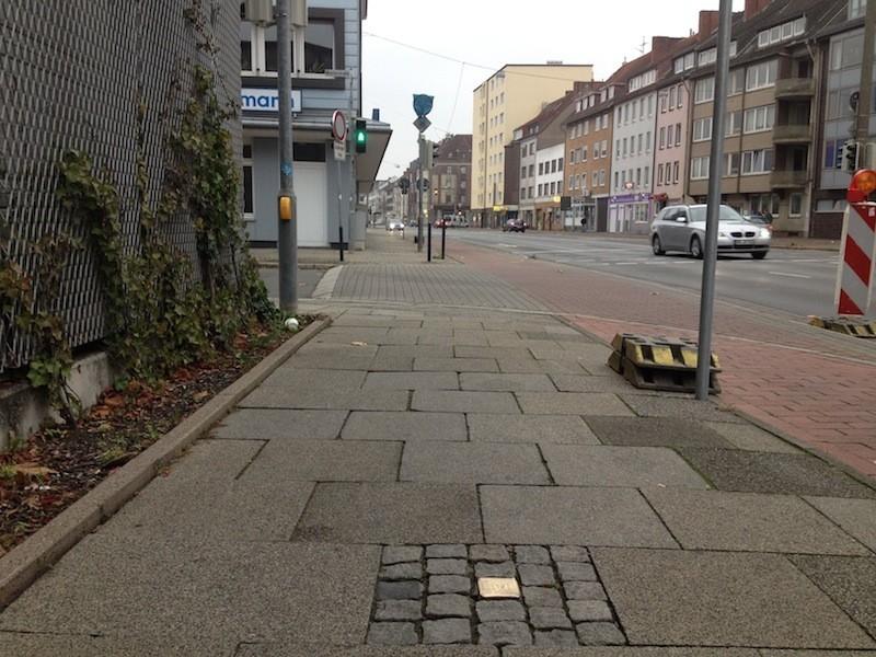 Der Stolperstein zum Gedenken an Selma Zwienicki an der Ecke Große Sortilienstraße/Hohentorstraße, Blickrichtung stadteinwärts. Links ist der Zaun des Beck's-Lagers zu sehen. Foto: Frank Hethey