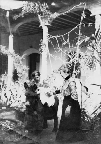 Fern von Bremen: Tilly Köper mit Amme und Töchterchen Margerita 1902 im Patio (Innenhof) des Wohnhauses in Guatemala. Quelle: Staatsarchiv Bremen