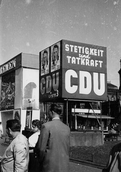 Mickrig im Vergleich zur überdimensionalen Rohrkonstruktion der SPD: Abgedrängt an den Rand des Bahnhofsvorplatzes fand sich die Wahlwerbung der CDU. Bildvorlage: Staatsarchiv Bremen