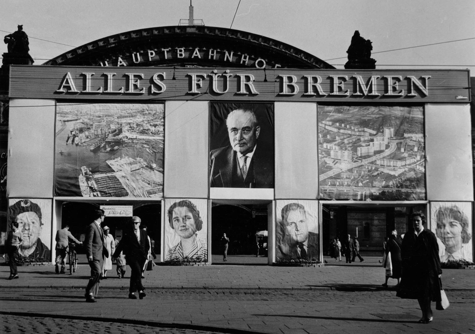 Wilhelm Kaisen überlebensgroß: Im Wahlkampf von 1959 zog die Bremer SPD alle Register. Die Wahlkampfmethoden an der Weser galten als vorbildhaft, auch der Bundestagsabgeordnete Helmut Schmidt reiste an, um sich über das Erfolgskonzept ein Bild zu machen. Bildvorlage: Staatsarchiv Bremen