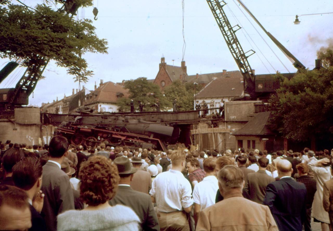 Das Führerhaus total zerstört: Tausende beobachteten die Bergungsarbeiten in Walle am Morgen des 7. August 1960. Bildvorlage: Peter Mertsch