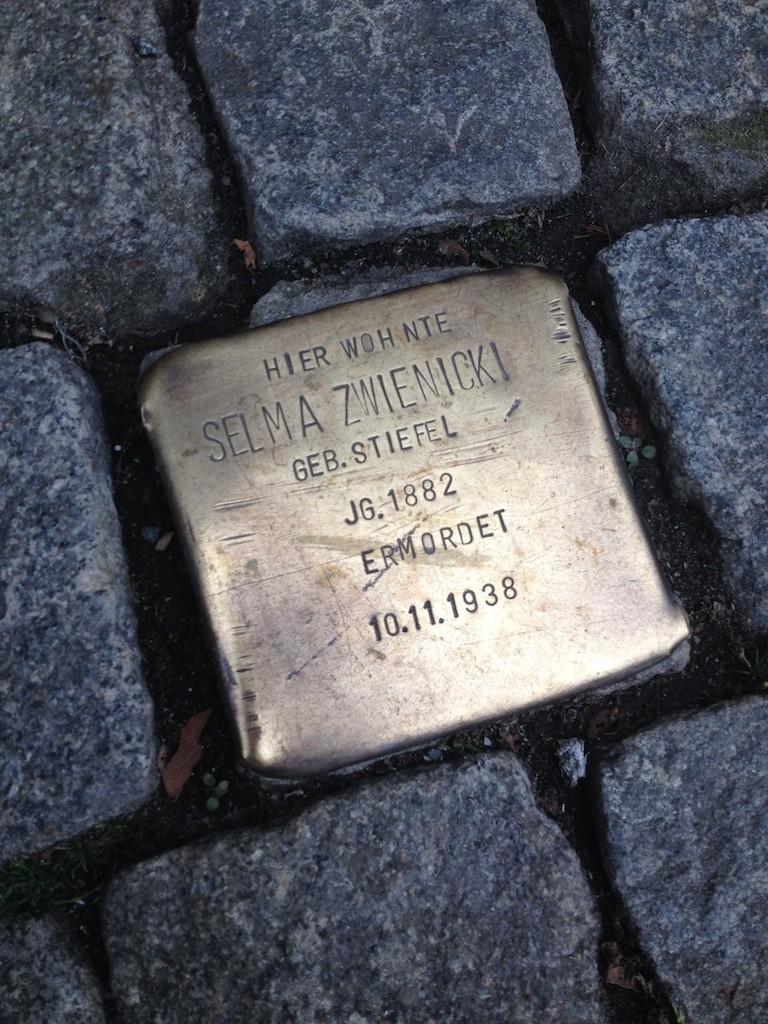 Am früheren Wohnort erinnert ein Stolperstein an Selma Zwienicki. Die 56-Jährige wurde in der Pogromnacht des 10. November 1938 von einem SA-Mann ermordet. Foto: Frank Hethey