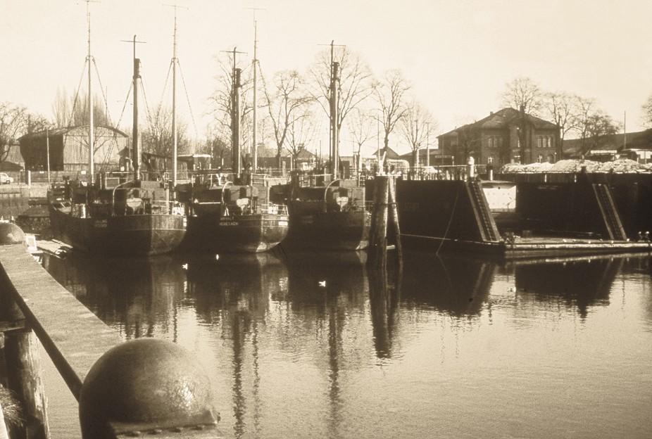 Auf der Suche nach neuen Liegeplätzen: die Heringslogger der Bremen-Vegesacker Fischerei-Gesellschaft. Quelle: Hafenamt Bremen/Bearbeitung: Agentur Pillnick