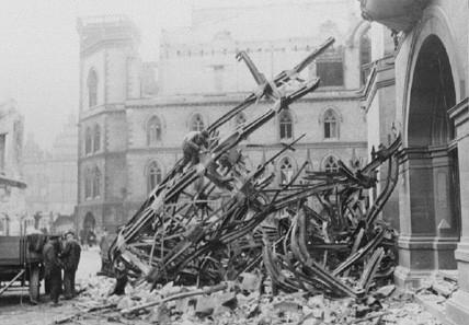 Nur noch Schrott: der abgestürzte Turm der Baumwollbörse im Oktober 1944. Quelle: Staatsarchiv Bremen