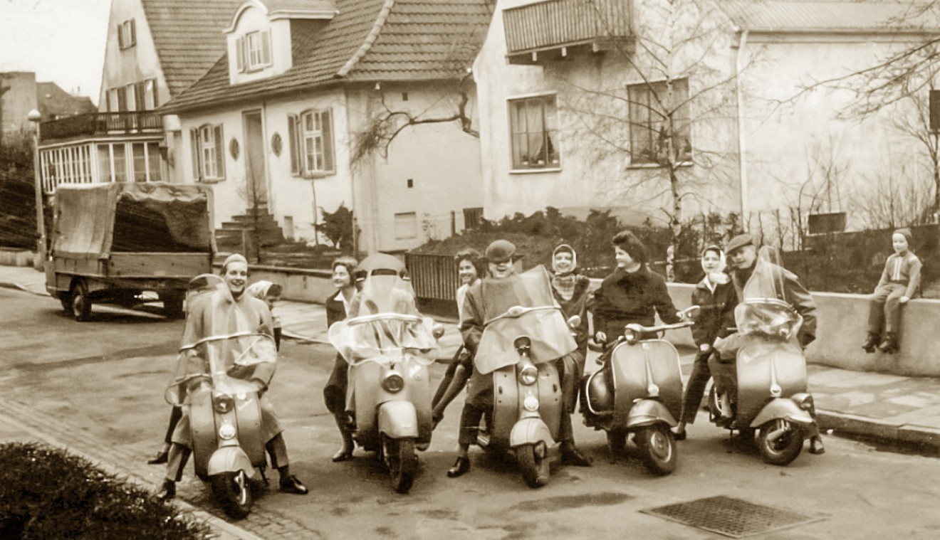 Foto ein Motorroller-Gang posiert in Bremer Nebenstraße