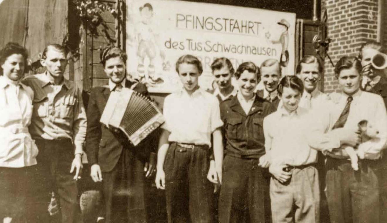 historisches Gruppenfoto, aufgenommen während einer Pfingstfahrt eines Bremer Sportvereins