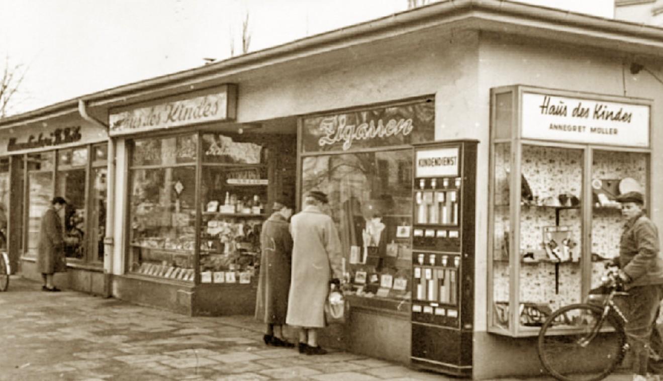 schwarz-weiß Aufnahme eines Ladengeschäftes in Schwachhausen, 1950er Jahre