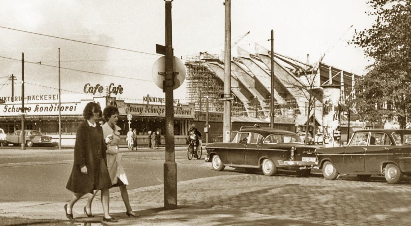 Schwarz-weiß-Foto des Bremer Freimarktes und der Stadthalle im Jahr 1963, Fußgänger und Autos im Vordergrund